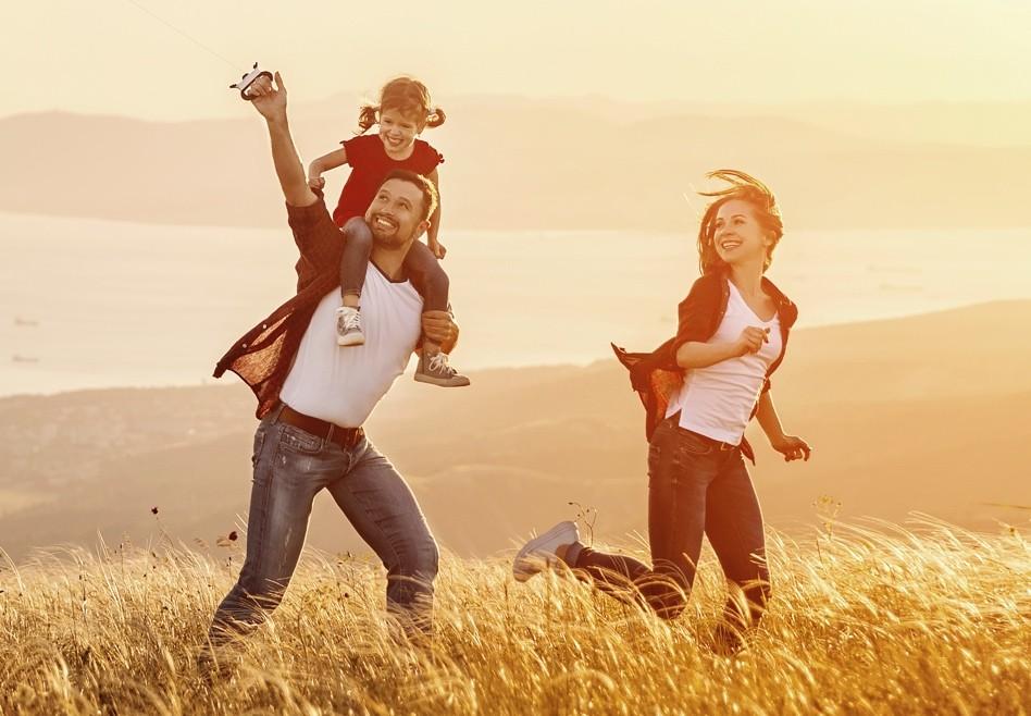 Familie rennt in der Wiese