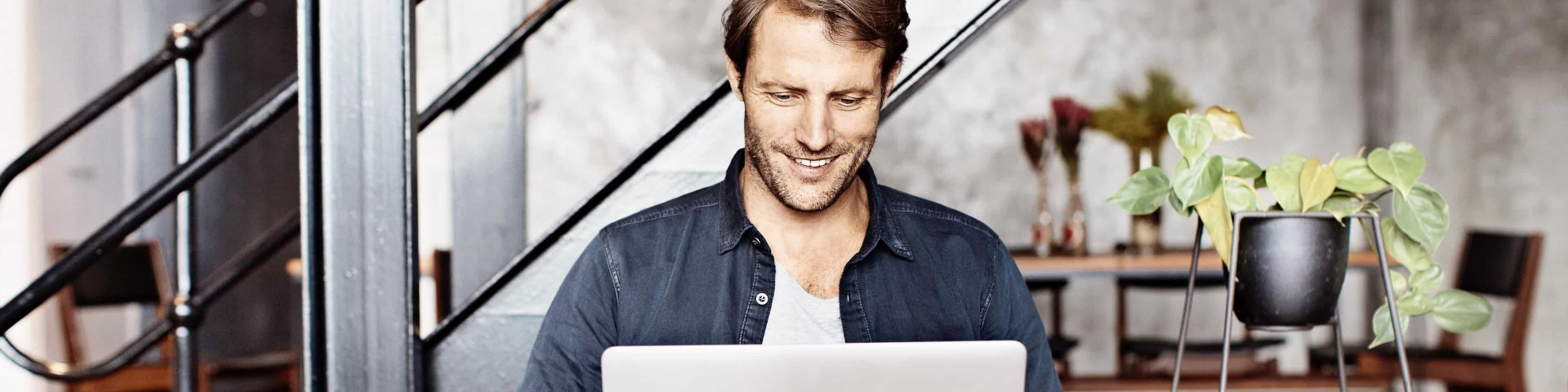 Mann vor dem Laptop